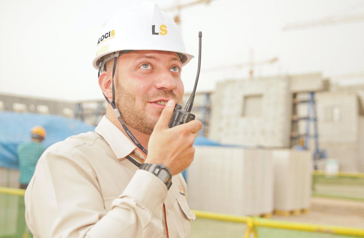 Operario con casco dirigiendo las medidas de seguridad
